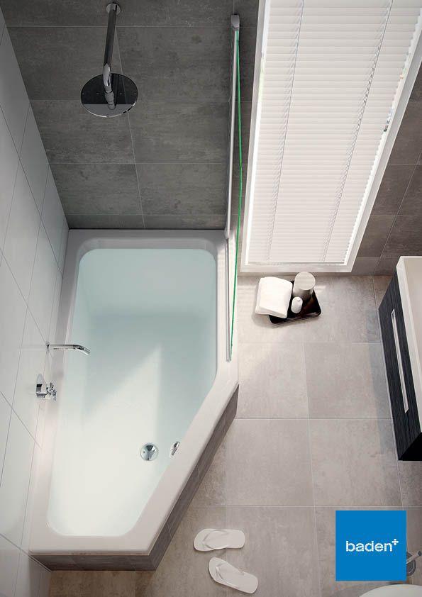 Douchen en baden... ook in de kleine badkamer? Dat kan! Door de schuine afloop van dit bad blijft er nog voldoende loopruimte over.