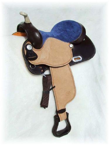 Sella WHITE STAR modello WH104T nel colore testa di moro, con seggio in camoscio blu più ricami, seat jokey e fender in cuoio rovesciato. Pomo in rawhide paletta e staffe in cuoio Lavorazione single border tooling.