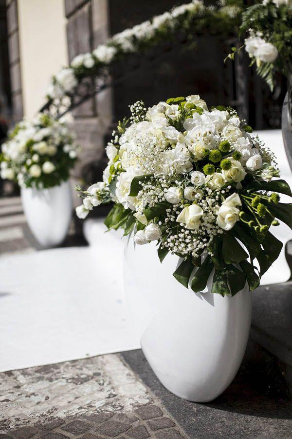 Iniziamo la settimana in bellezza con il matrimonio di Vincenza e Fabrizio: un tripudio di romanticismo, con raffinate decorazioni tra vintage e shabby chic declinate nei toni del verde, del rosa e del bianco, nella splendida cornice di Sorrento. Come racconta la wedding planner Flaviana Cuomo di Tulle e Cannella il loro è stato davvero …
