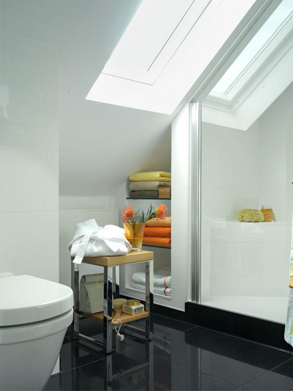 Jede Lücke wird optimal genutzt: Glasborde unter der Schräge halten Handtücher bereit.