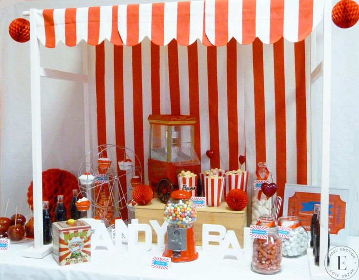 Candy Bar thème fête foraine, cirque rouge et blanc Bar à bonbons Candy Bar Carnival, Circus Red & White Sweet table Candy bar red & white Candy bar rouge et blanc