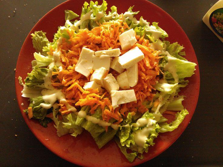 Ensalada rápida. Es una cama de lechuga hidropónica bañada en salsa cesar, más zanahoria rayada y quesillo. Le puedes agregar sal, pimienta negra y oregano.