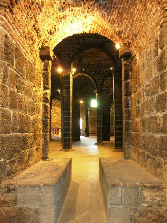 Keçiburcu/Diyarbakır/// Mardin Kapısı'nın doğusunda, yontulmuş kaya kütlesinin üzerinde yer alır. Surlardaki burçların en eski ve en büyüğüdür. Yapım tarihi tam olarak bilinmeyen burcun üzerinde, 1223 yılında Mervanoğlu tarafından onarıldığını belirten bir yazıt yer almaktadır. 11 kemerli bu burcun bir dönem tapınak olarak kullanıldığı sanılmaktadır.