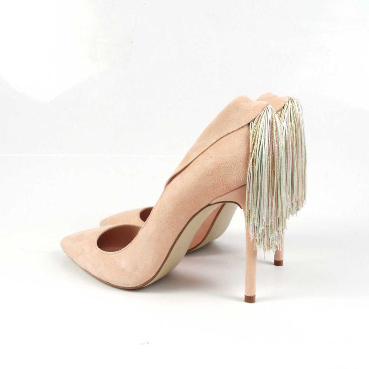 Pantofi de damă Mineli Margot sunt realizați din piele întoarsă rose quartz și sunt accesorizați cu o franjuriglamouroși din mătase, fiind ideali în completarea unei ținute office pentru birou sau a unui eveniment special. Se pot realiza pe mai multe…