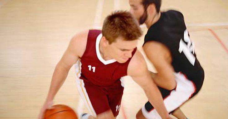 """Baloncesto: cómo derrotar a un defensor en un """"uno contra uno"""". Tanto como si eres una vieja rata de gimnasio o simplemente quieres pasar el rato con tus amigos, saber cómo jugar al baloncesto """"uno contra uno"""" tiene muchas ventajas. Ganes o pierdas, es un gran ejercicio y puedes mejorar tus habilidades para utilizarlas en un partido de baloncesto."""
