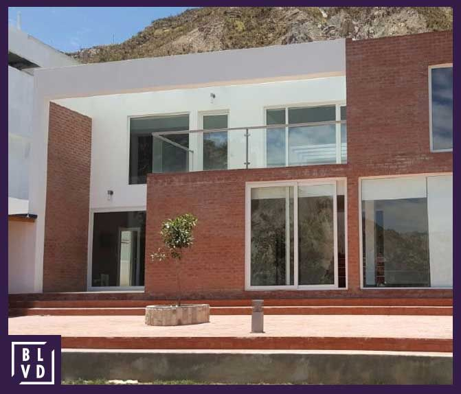 """Casa en venta – Urb. La Escondida """"La Florida. 4 dormitorios, iluminada, ventanas termopanel, 600 m2.  Precio: $us. 570.000 Contacto: 670 00900"""