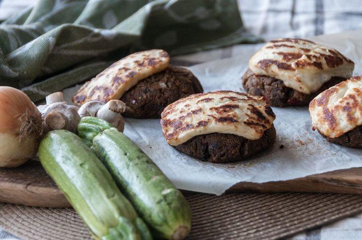 Συνταγή για μπιφτέκια λαχανικών από τον Άκη Πετρετζίκη. Υπέροχες συνταγές για χορτοφάγους.