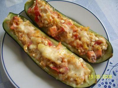 Gevulde courgettes  Ingrediënten voor 4 personen:  4 middelgrote courgettes  150 g gerookte zalm  1 paprika  200 g verse kaas  2 tomaten  2 eetlepels Parmezaanse kaas  2 eetlepels olijfolie  zout, peper