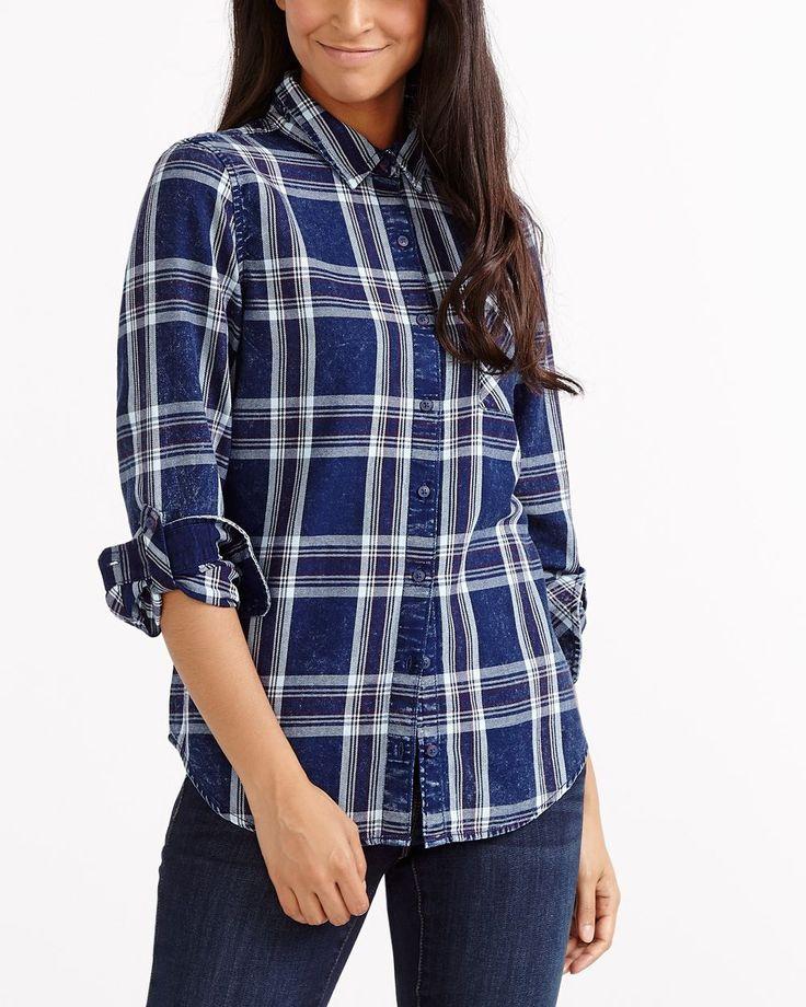 L'essayer, c'est l'adopter! Ce chemisier en jeans à carreaux, avec ses manches ajustables et sa poche avant, s'agence tout aussi bien avec un pantacourt qu'un short! Il deviendra un indispensable de votre garde-robe quotidienne. <br /><br />Prêt à porter pour : les journées occupées, un brunch familial, une séance de magasinage<br />