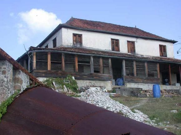 Maison de maître de l'habitation La Sucrerie aux Anses-d'Arlets (Martinique). En haut d'un morne et dominant un site magnifique, le noyau central de cette maison fut construit dans les années 1780.