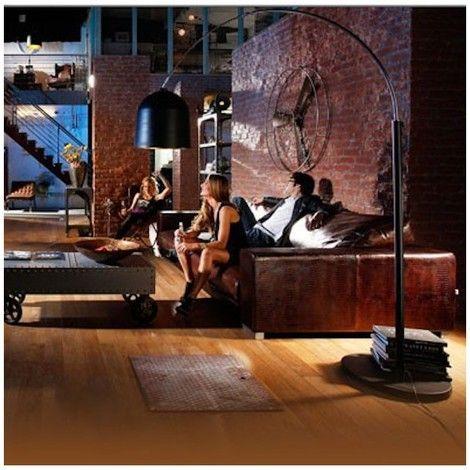 Vaso est un lampadaire conçu par la marque Kare Design. Ce lampadaire est une élégante lampe en forme d'arc de taille impressionnante. Réglable en hauteur, sa surface mat noir se mélange subtilement avec l'intérieur de l'abat-jour doré.