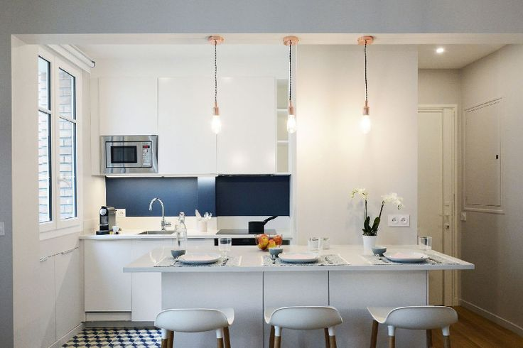 Metti un appartamento ordinario, con un bagno sproporzionato, una stanza lunga e stretta con un'unica finestra e una cucina piccola e opprimente: è possibile trasformare…