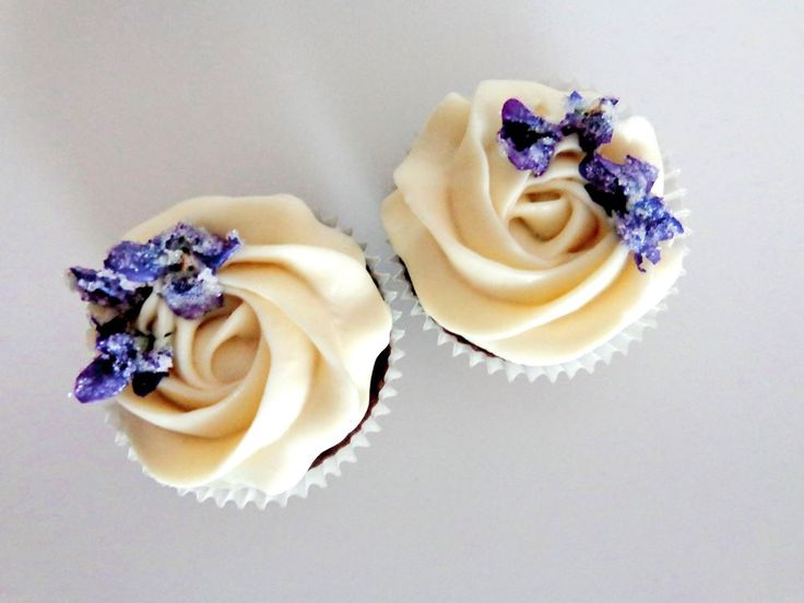 Cupcakes with mascarpone cream and violets
