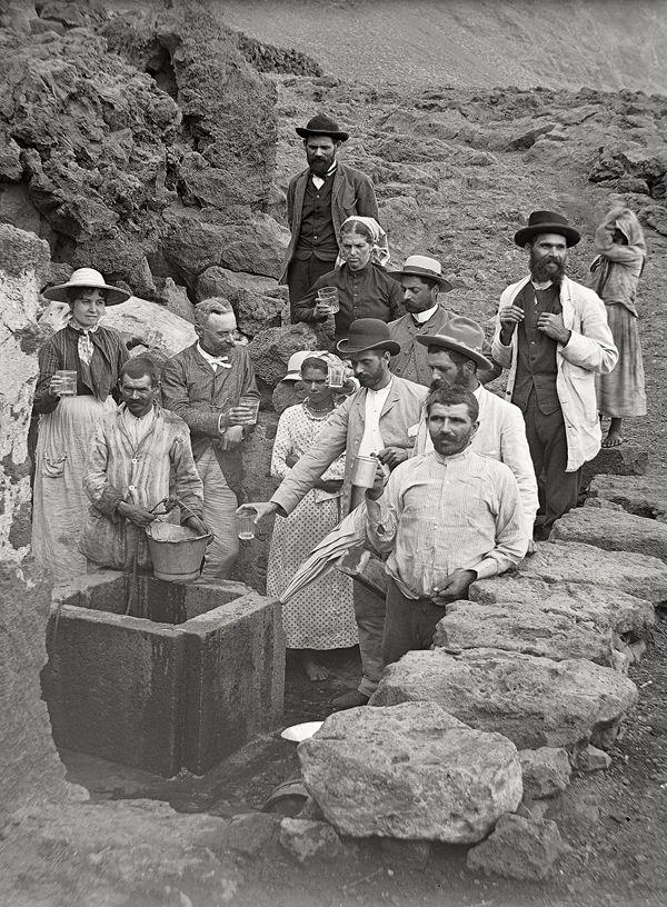 El Pozo de la Salud- Isla de El Hierro. espléndida vista tomada hacia los años 1895-1901, en la que vemos un grupo de doce personas reunidas junto al brocal del pozo