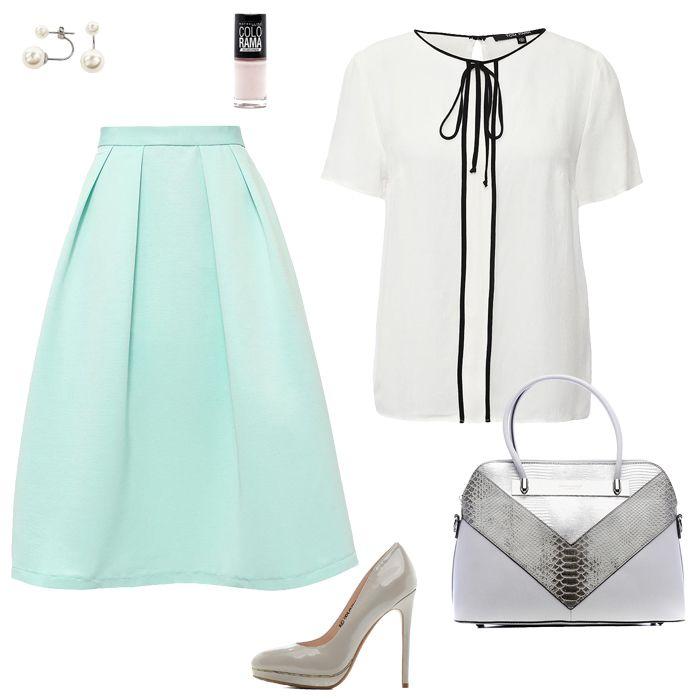 Бирюзовая блузка, белые брюки, белая сумка, серые туфли
