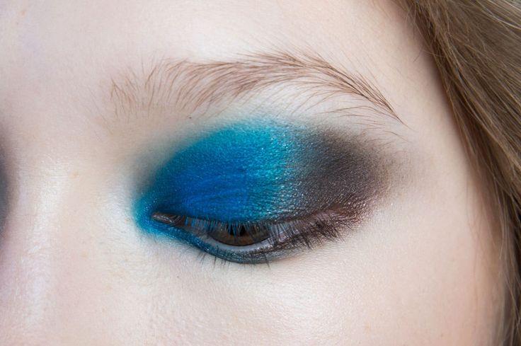 <strong>Procedi:</strong> sfumando un ombretto marrone satinato verso l'esterno dell'occhio. Niente mascara, per evitare di appesantire l'effetto.