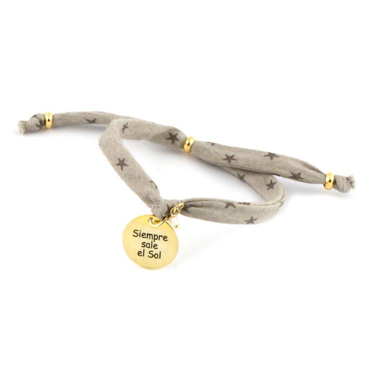 Pulsera realizada con cinta de estrellitas, placa (1,4cm) de plata 925 o plata chapada en oro y perlita mini.Mensaje: Siempre sale el sol  Precio: 23€