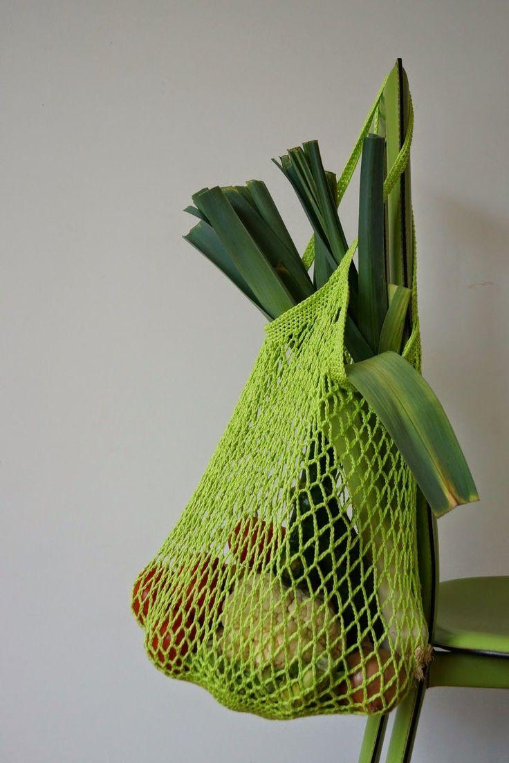 Les filets à provisions     Je déteste les sacs en plastiques aussi je me fabrique au crochet mes propres filets à provisions en coton .   ...                                                                                                                                                                                 Plus