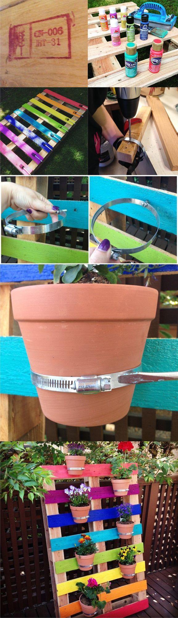 Este fantástico proyecto que hemos visto en hellocreativefamily, lleva a otro nivel el uso de un palé como base y soporte para un pequeño jardín vertical. Han utilizado diferentes colores hasta crear