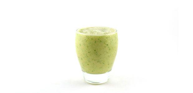Deze paksoi banaan mango kokoswater smoothie is met stip binnengekomen in mijn persoonlijke top 10! Wat is deze groene smoothie lekker zeg!