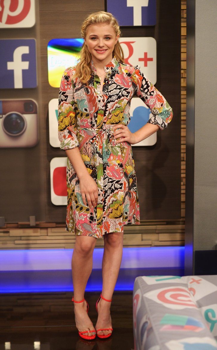 Pin for Later: We've Found the Chicest Way to End the Week Chloë Moretz Chloë Moretz on the set of Despierta America.