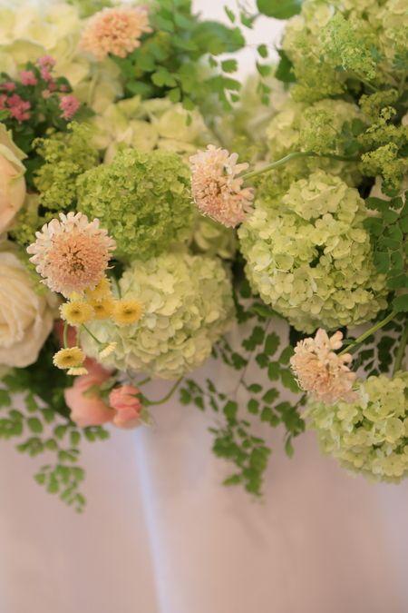 銀座にあるアルジェントASO様への 初夏のメインテーブルの装花でした。 最初、メールのやりとりがうまくいかず 念の為とわざわざ お電話...
