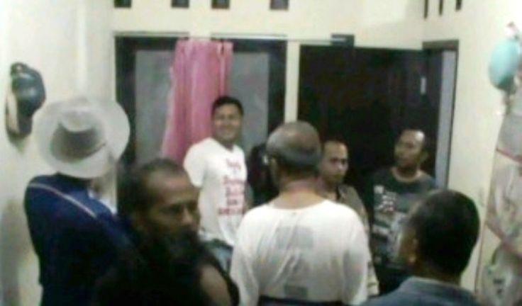 Berita Banjar: Sering Inapkan Pria, Kamar Kost di Cimenyan Digerebeg Warga - http://www.rancahpost.co.id/20150635534/berita-banjar-sering-inapkan-pria-kamar-kost-di-cimenyan-digerebeg-warga/