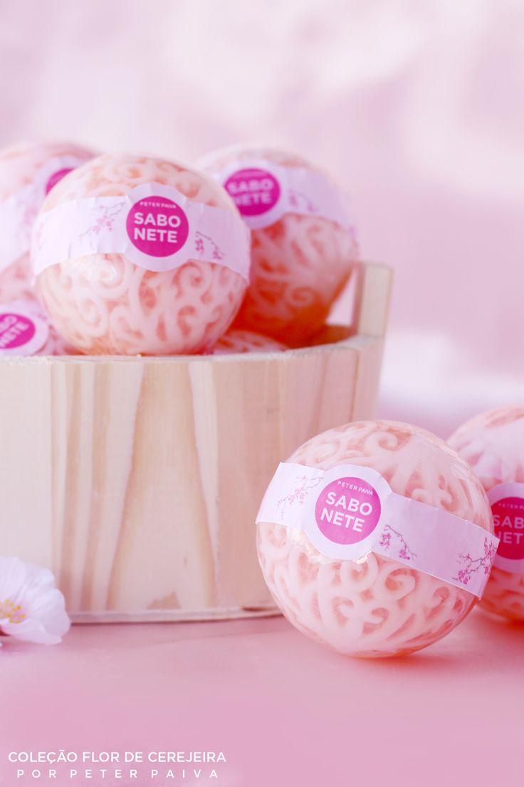 Esferas da linha Flor de Cerejeira. Possui essência de Bulhões Flower, Flor de Cerejeira e Ambience.