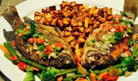 Alocco: tranches de banane plantain frites (accompagnées ici de poissons frits) via wikimédia commons