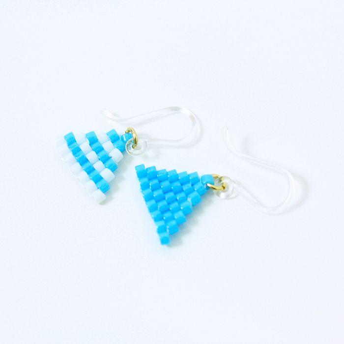 ピアス(Triangle・ストライプ×クリアブルー)  トライアングルのビーズピアス。 夏っぽいマリンスタイルにおすすめ。 サイズ:縦1cm×横1cm
