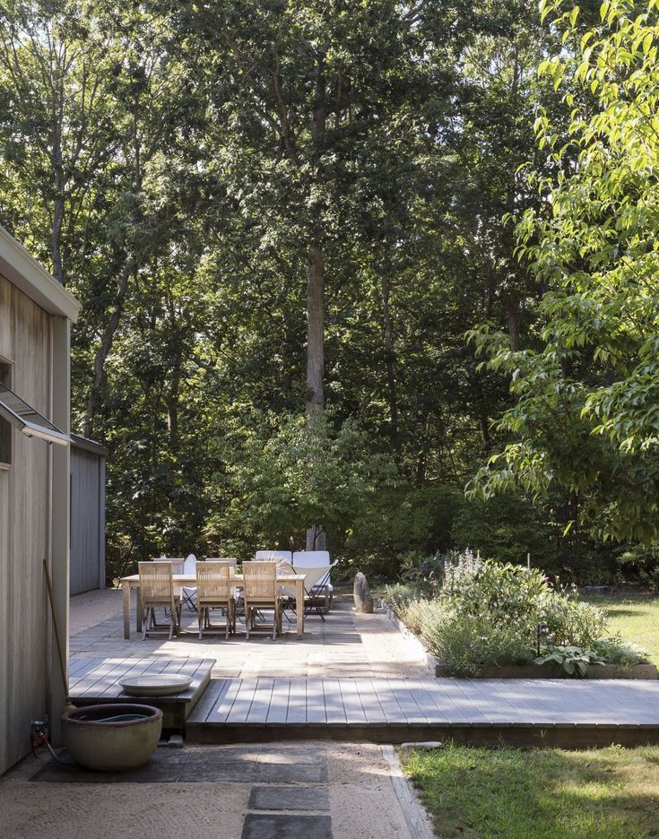 Landscaping ideas for low-maintenance weekend homes: Used as filled stone between pavers, decomposed granite softens the surface of a patio on Shelter Island. Photograph by Matthew Williams for Gardenista.