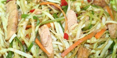 Smag på asien med denne kinesiske salat med chili, kylling og kål. Den er nem at lave, har et lækkert sprødt bid og en krydret, autentisk smag af orienten.