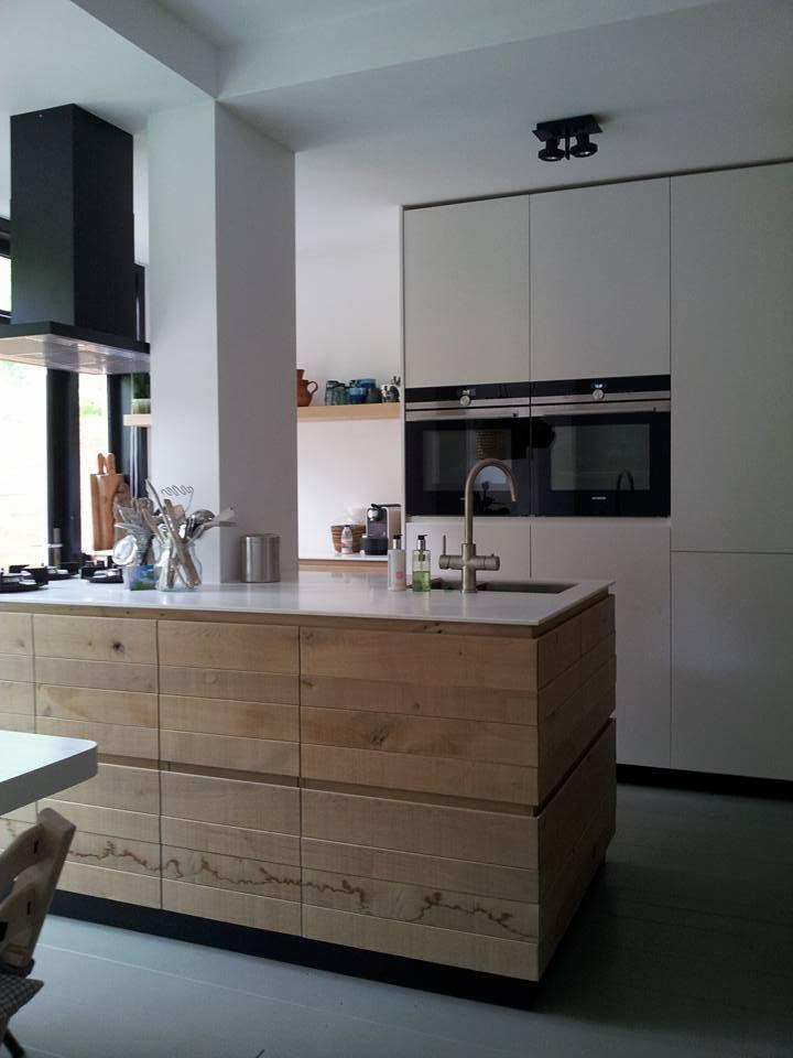 Houten kookeiland van jp walker met corian werkblad met pitt cooking houten keukens maatwerk - Redo keuken houten ...