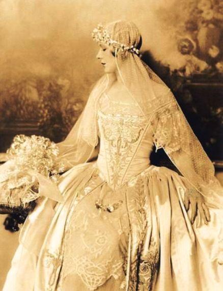 Versión traje de novia en la que se aprecia claramente la influencia dieciochesca