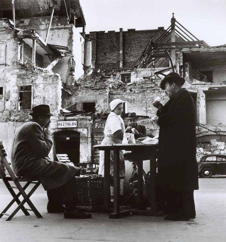 """1948. Budapest, """"Kávézó a törmelék közepén"""" (Robert Capa felvétele) - a háttérben a 7. házszám alatt XY József asztalos mester műhelye"""