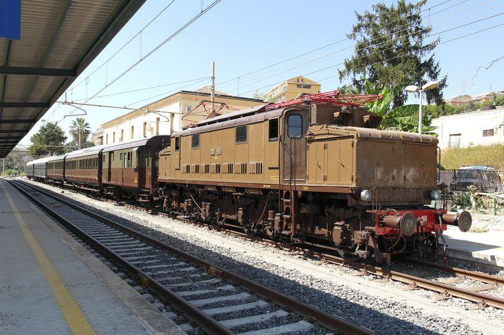 """La storica locomotiva E626.428 ad Agrigento Bassa per ricovero e manovra; il 7 settembre, per il """"Treno di Santa Rosalia"""", ha trainato due carrozze Centoporte, due carrozze tipo 1959 e un bagagliaio, da Palermo C.le a Cammarata San Giovanni Gemini."""