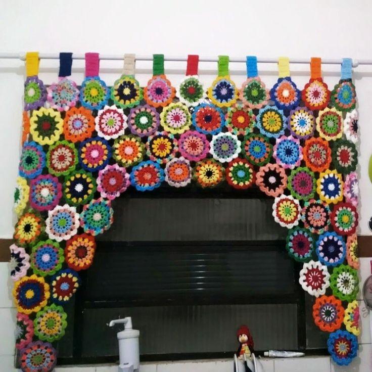 Linda cortina florida em crochê, com efeito super colorido, confeccionada com fio duplo 100% algodão. <br> O preço mudará de acordo com a medida. <br> <br>Medidas: <br> <br>Largura Altura <br> 1,15 X 1,35 <br> 1,50 X 1,00 ( mesmo valor ) <br> 1,70 X 1,68 = 250,00 <br> 1,70 X 1,10 = 230,00 <br> <br> <br>OBS: A confecção se inicia imediatamente após a confirmação da compra pelo MOIP, RESPEITANDO AGENDA DE ENCOMENDAS.