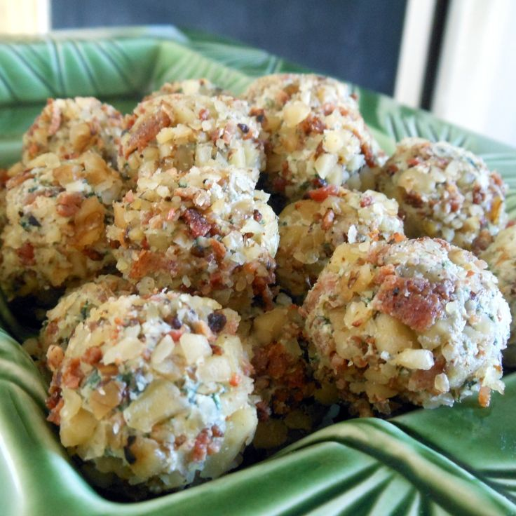 Bite-Size Bacon Spinach Cheese Balls - I'll have my  bacon, spinach, cream cheese balls poolside, thank you very much ;) - who says that I need to wait until Christmas!!