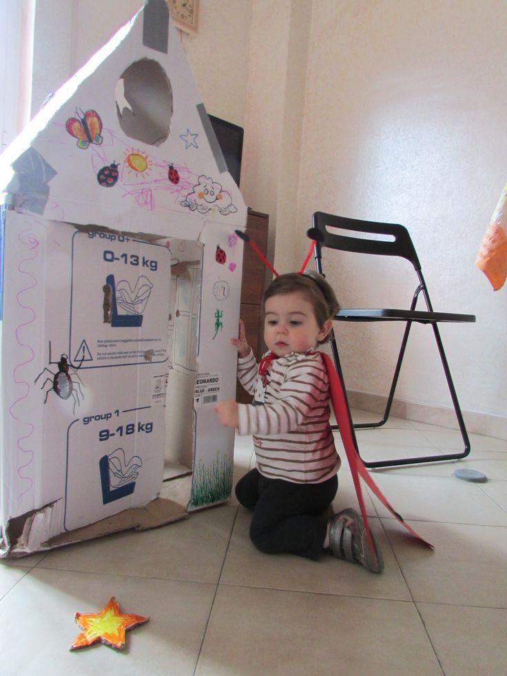 Casetta di cartone fatta con lo scatolone del passeggino. Marta l'ha riempita di disegni e ci ha giocato per mesi