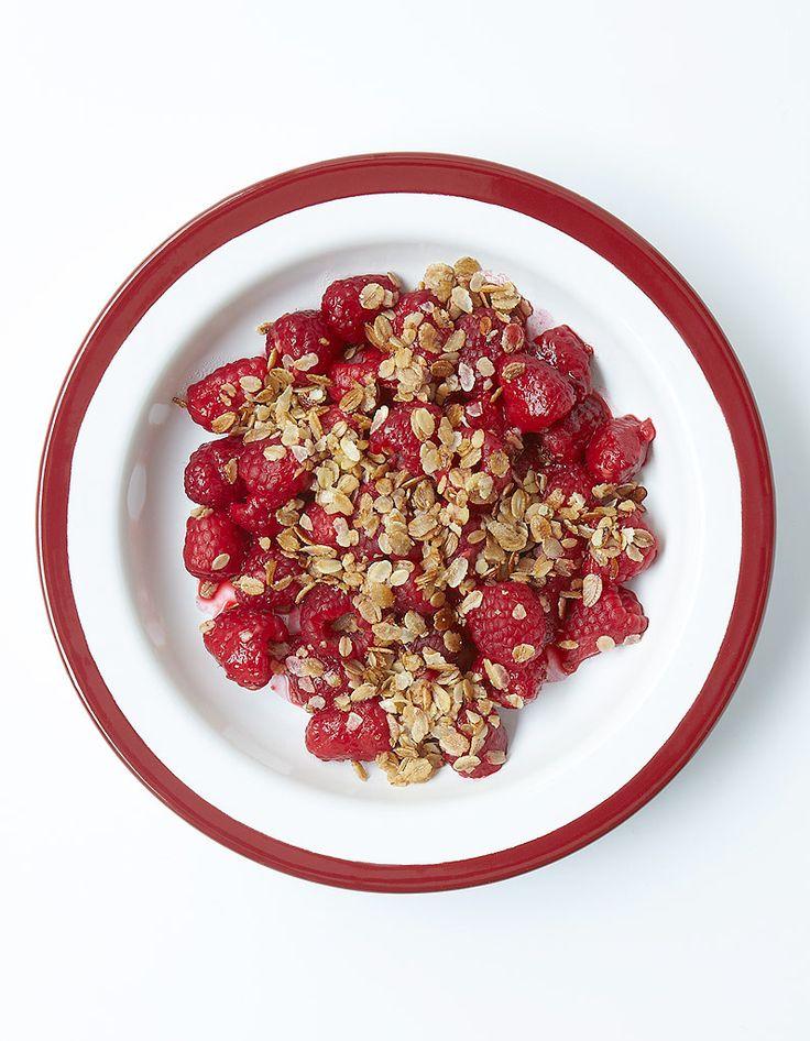 Recette Faux crumble aux framboises : Incorporez 1 c. à soupe de sucre et 40 g de beurre à 50 g de flocons de céréales mélangées (ou non), en les écrasan...