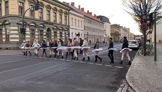 Und eurer 1. Advent so? Wir haben einen wunderbaren Company Tag auf dem Weihnachtsmarkt verbracht @odaling__ @saskia_kampa @sandrinleins @leonora_s_ @fijulie @pataudine @vanessamidnight @annalena_mn @_stellaria_ @juliaelisabethb @anni_karmin 🎄🎁 #ballet #dance #ballett #potsdam #weihnachten #danceacademymaritaerxleben #dancecompanyME #tanzakademiemaritaerxleben #tanz #christmas #ChristmasxDanceCompanyME #tutu #squad