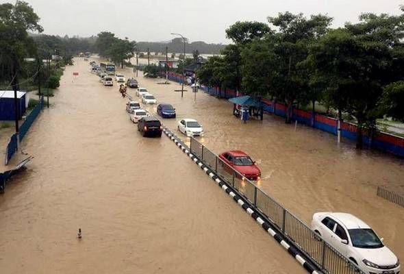 Mangsa banjir di Johor semakin berkurangan   JOHOR BAHRU: Jumlah mangsa banjir yang ditempatkan di 13 pusat pemindahan sementara (PPS) di tiga daerah di negeri ini terus menunjukkan penurunan.  Pengerusi Jawatankuasa Kesihatan Alam Sekitar Pendidikan dan Penerangan negeri Datuk Ayub Rahmat berkata setakat 5 petang tadi seramai 1365 daripada 373 keluarga berada di kesemua PPS berbanding 1374 orang daripada 376 keluarga tengah hari tadi.  PPS yang dibuka adalah di daerah Segamat Mersing dan…