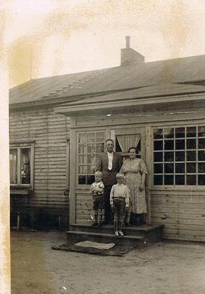 Minä ja isoveljeni isovanhempieni kanssa mummolan portailla Sodankylässä 1950-luvulla.