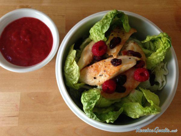 Ensalada de pollo con vinagreta de frambuesa #Ensaladas #RecetasdeCocina #RecetasFáciles #ComidaSana #Pollo #SanValentín