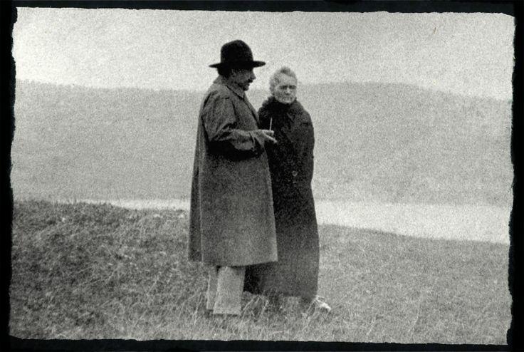 Nazdjęciu Maria Skłodowska-Curie iAlbert Einstein, najwięksi naukowcy XX wieku, spacerują nadJeziorem Genewskim. Nie jest znana data fotografii, prawdopodobnie torok 1925 lub 1929. Einstein miał zaprosić Skłodowską-Curię nawspólne żeglowanie pojeziorze. Curie-Skłodowska iEinstein wspólne relacje utrzymywali niemal 25 lat (wlatach 1909-1933). Wtym czasie bywali natych samych konferencjach naukowych, spotykali się uwspólnych przyjaciół wParyżu, spędzali razem wakacje wAlpach…