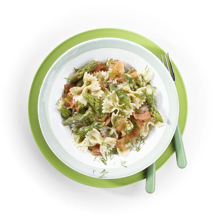 Kook 300 gram farfalle met zout beetgaar. Voeg de laatste 5 minuten 500 gram groene asperges, in schuine stukjes van 3 cm, toe en kook ze mee. Breng 200 ml kookroom met 50 gram boter, nootmuskaat en peper aan de kook. Voeg eventueel wat kookvocht toe. Giet de pasta en asperges af en schep ze door de roomsaus. Schep vlak voor het serveren 250 gram gerookte zalm of forel, in repen of stukjes, en enkele takjes gehakte dille erdoor.