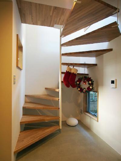 1階の階段室。吹き抜けを介して光が入る(写真:飯田 彩)