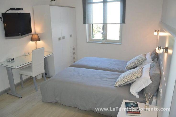 Interni di Casa Vacanze La Terrazza a Sorrento. Tre camere recentemente rinnovate, un'ampia cucina soggiorno e due luminosi bagni con ampie cabine doccia