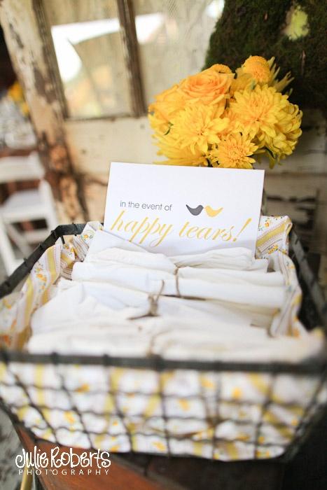 Leuk idee, zakdoekjes voor de emotionele gasten. Of voor jezelf natuurlijk ;) #bruiloft #inspiratie