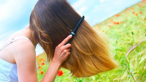 Come fare una eco-maschera per capelli.....Se, a causa dell'inquinamento e dello stress, ti ritrovi con dei capelli sfibrati, opachi e rovinati... Invece di spendere un sacco di soldi acquistando prodotti di marca prova a produrre da te una maschera ristrutturante con ingredienti completamente naturali e vedrai che i tuoi capelli ritroveranno nuovo vigore e lucentezza. Procurati due tuorli d'uovo, un gel di semi di lino reperibile in erboristeria, del miele, un po' di rum e una piccola dose…